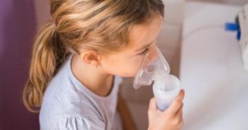 Bambina che utilizza la mascherina per la terapia con aerosol