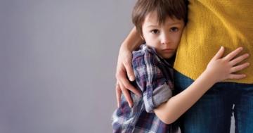 Bambino abbracciato alla mamma per l'ansia da separazione