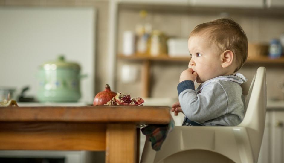 Bambino che mangia della frutta durante l'autosvezzamento