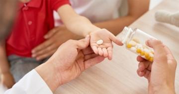Mano di bambino cui vengono dati dei farmaci