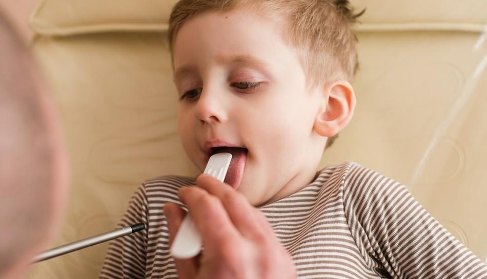 Bambino che soffre di faringite