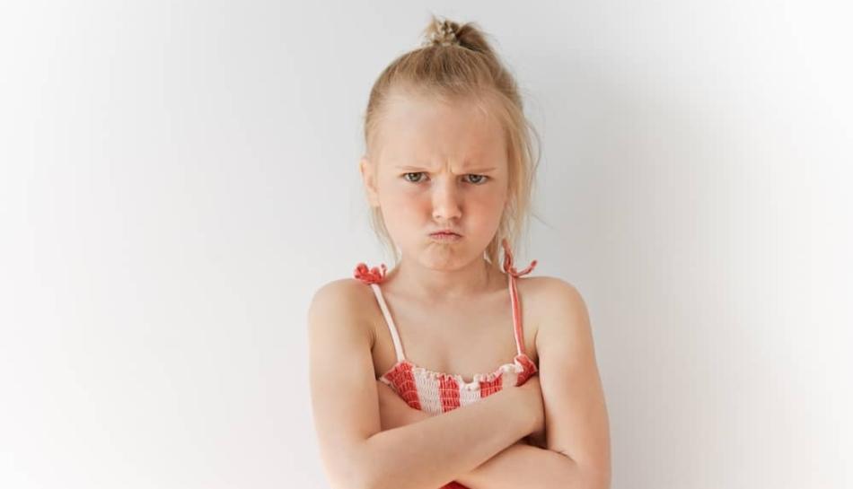 Primo piano di una bambina arrabbiata