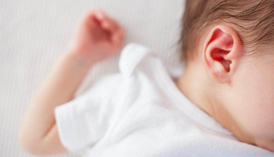 Dettaglio dell'orecchio di un bambino con otite