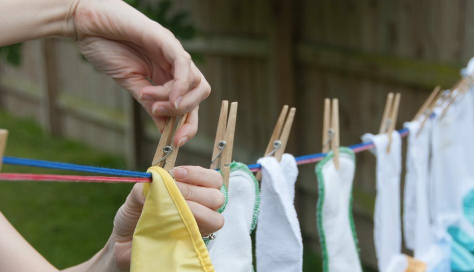 Donna che stende ad asciugare pannolini ecologici
