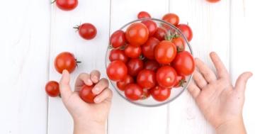 ciotola su un tavolo piena di pomodori