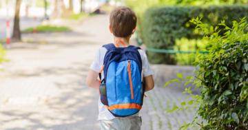 Bambino che porta uno zaino sulle spalle