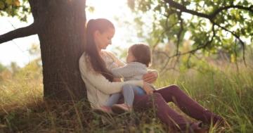 Mamma che sta per allattare il suo bambino