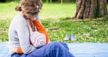 Mamma allatta il suo bambino al seno