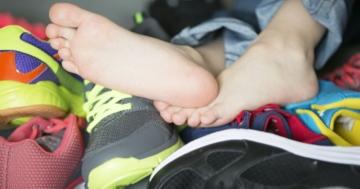 Primo piano di piedi di bambino e scarpe