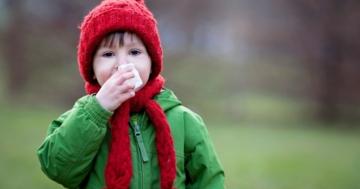 Bambino con la febbre all'aperto