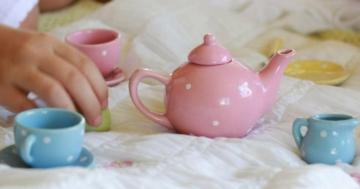 Tazzine di caffè e caffettiera giocattolo