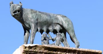 Statua di lupa che allatta due gemelli