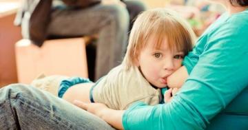 Allattamento prolungato al seno tra mamma e bambino