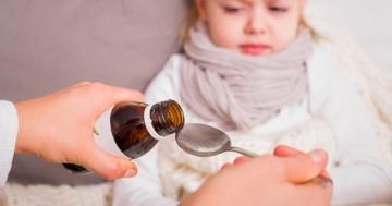 Bambina che assume sciroppo per la tosse