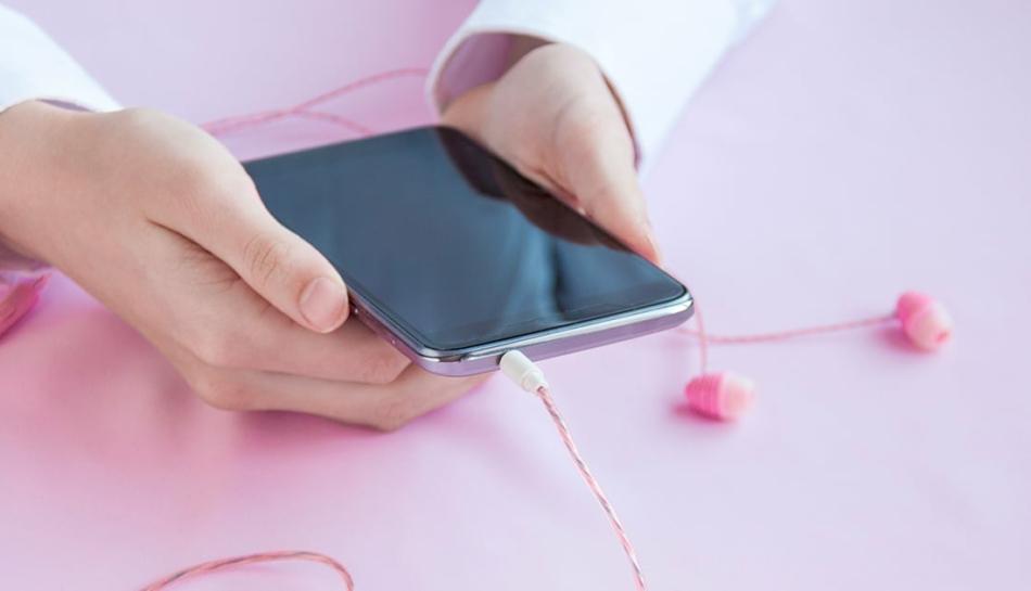 Bambino tiene tra le mani un telefono cellulare