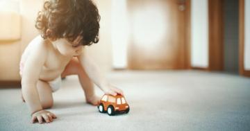 Bambino gioca con una macchinina