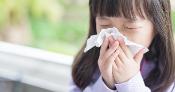 Bambina affetta da asma si soffia il naso