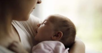 Mamma culla il proprio bambino