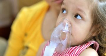 Bambina durante trattamento dell'asma