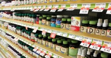 Scaffale di integratori e vitamine