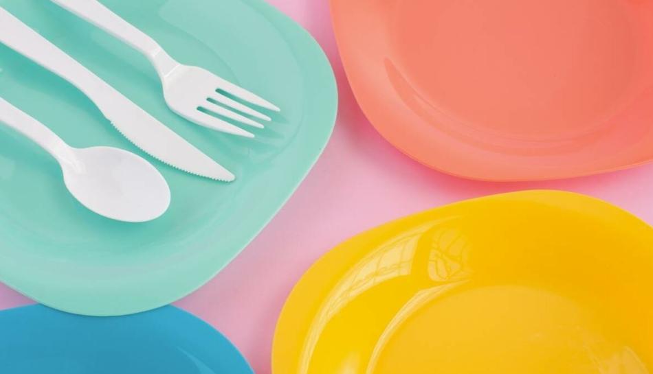 Posate e piatti di plastica