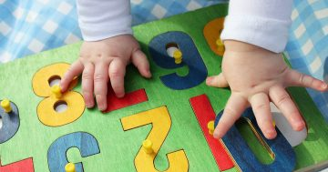 Mani di un bambino che gioca all'asilo nido