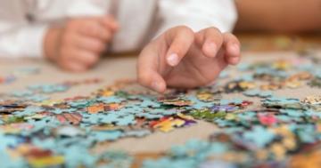 bambino gioca con puzzle