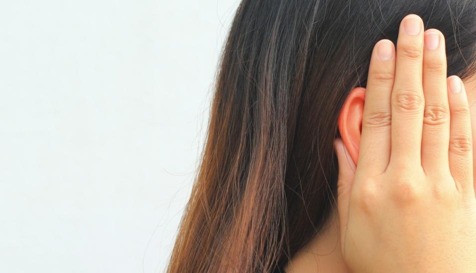 Bambina che si tappa le orecchie con le mani contro l'inquinamento acustico