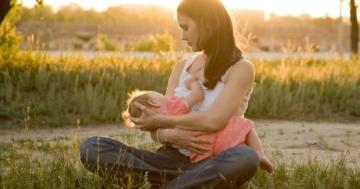 Madre allatta al seno la sua bambina