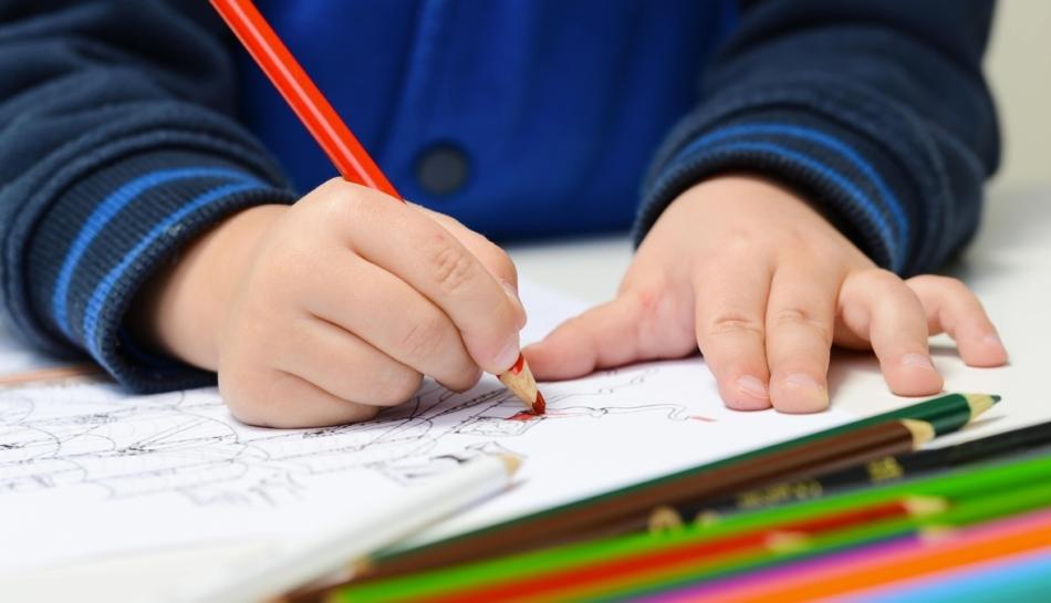 Bambino colora un disegno