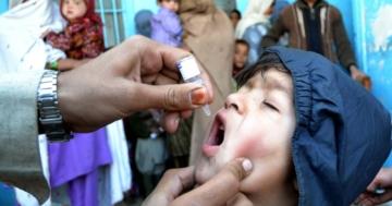 Bambino cui viene somministrata una vaccinazione in gocce