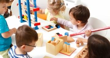 Bambini che giocano in un asilo nido