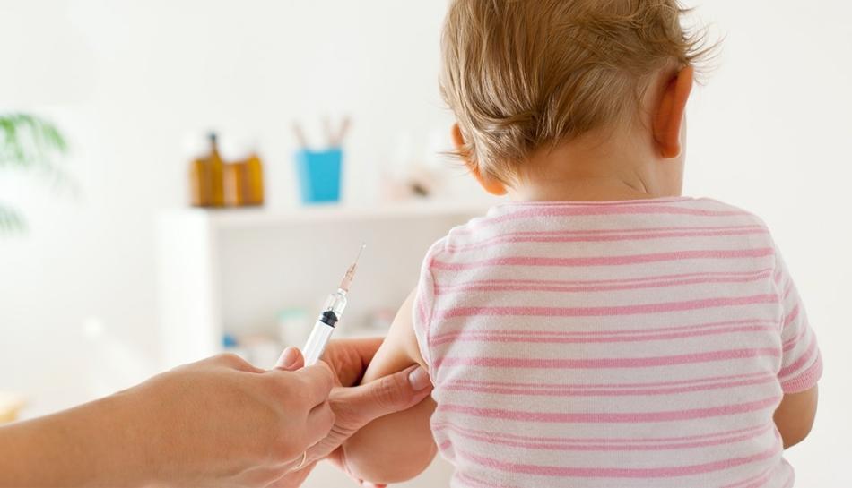 Bambino che viene vaccinato