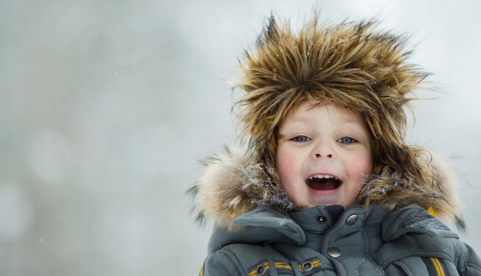 Bambino all'aria aperta in inverno