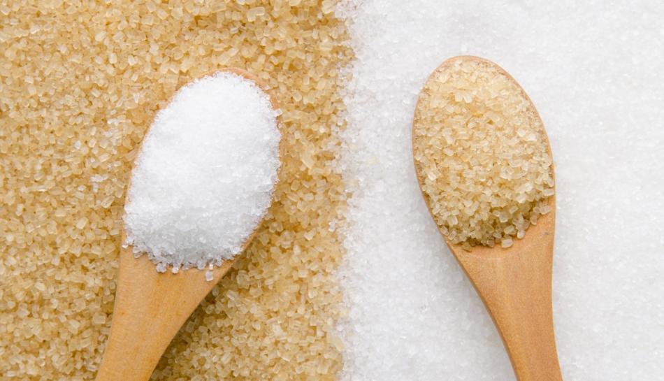 Due cucchiaini di zucchero bianco e di canna