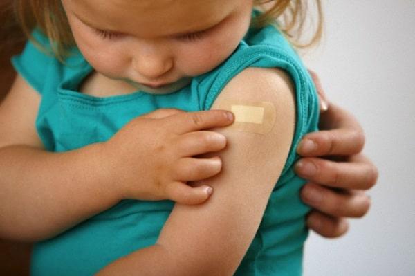 Bambina vaccinata per il meningococco b