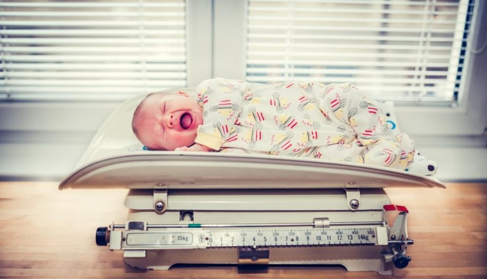 Doppia pesata di una bambino