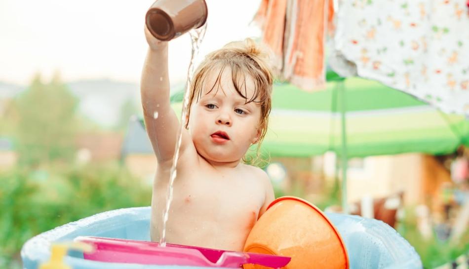 Bambina gioca facendo travasi