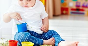 Bambino gioca facendo travasi con le mani