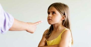 Bambina a cui viene detto di no