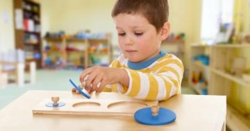 Bambino in una scuola Montessori