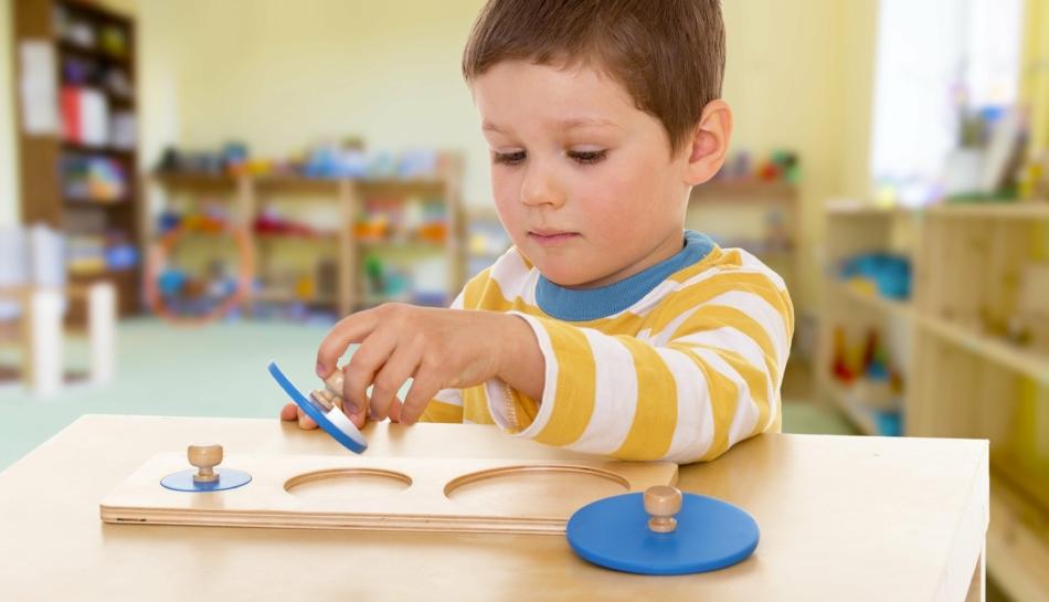 Montessori e i mobili che aiutano a crescere