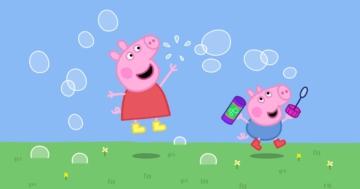 Peppa Pig e il suo fratellino giocano con le bolle di sapone
