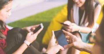 Adolescenti che giocano con gli smartphone