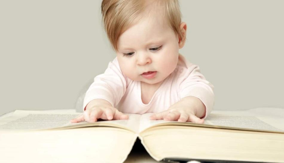 Bambina sfoglia un libro