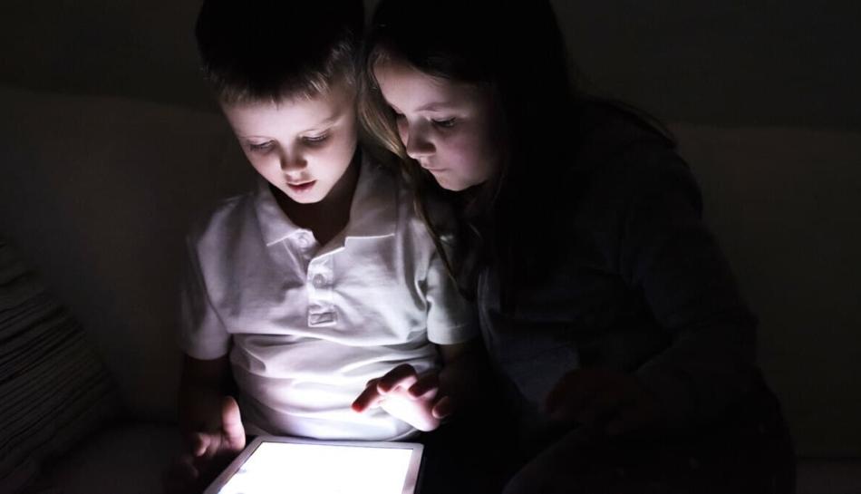 Bambini di fronte allo schermo di un tablet