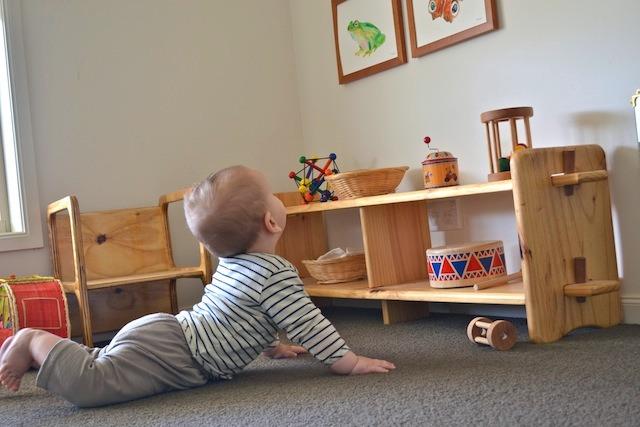 Bambino che gattona durante lo sviluppo motorio