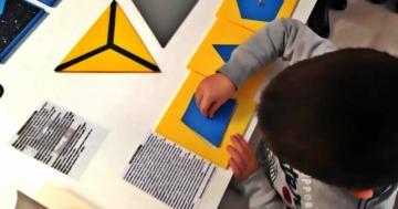 Bambino utilizza materiali sensoriali Montessori