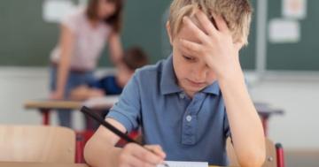 Bambino concentrato mentre fa i compiti