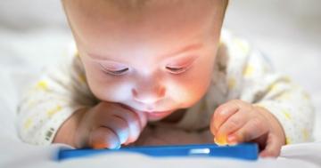 Bambino piccolo davanti a uno smartphone